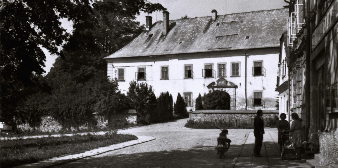 Zámek – v roce 1968 – z náměstí od východu