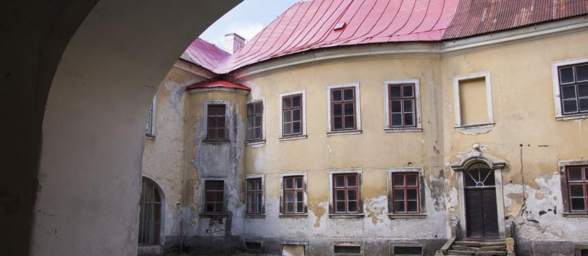 Nádvoří – pohled směrem k Anenskému sálu
