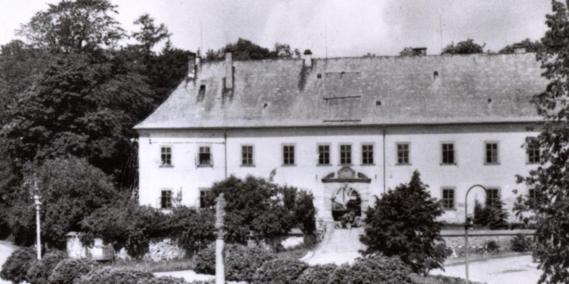Zámek – okolo roku 1963 – od náměstí