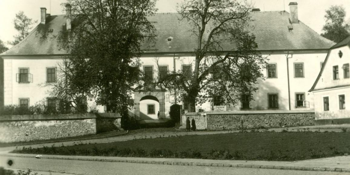 Zámek – okolo roku 1944 – od náměstí