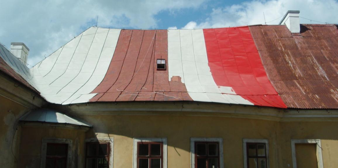 Co nového na zámku? Natíráme střechu.