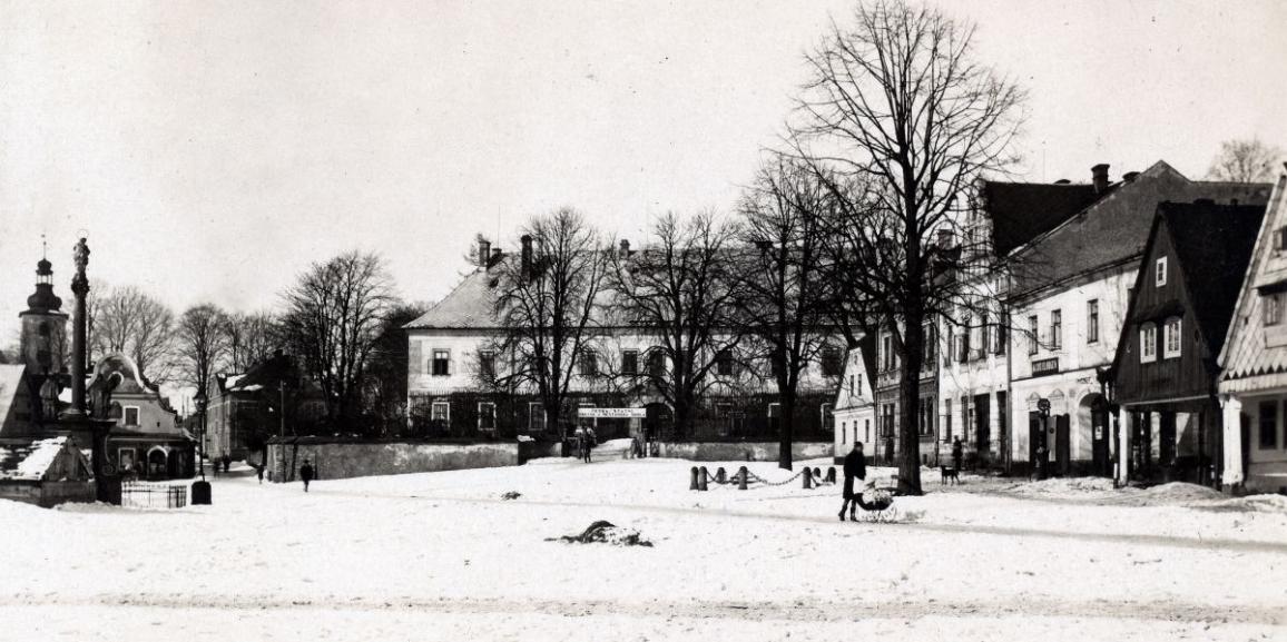 Zámek – okolo roku 1931 – od náměstí