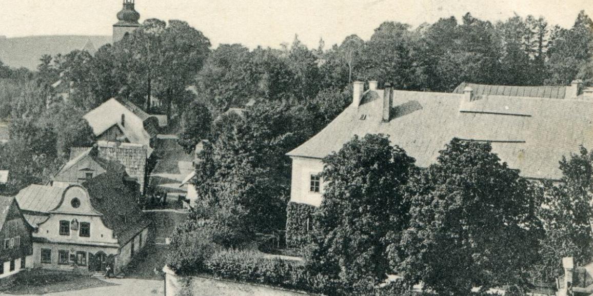 Zámek – okolo roku 1907 – od náměstí