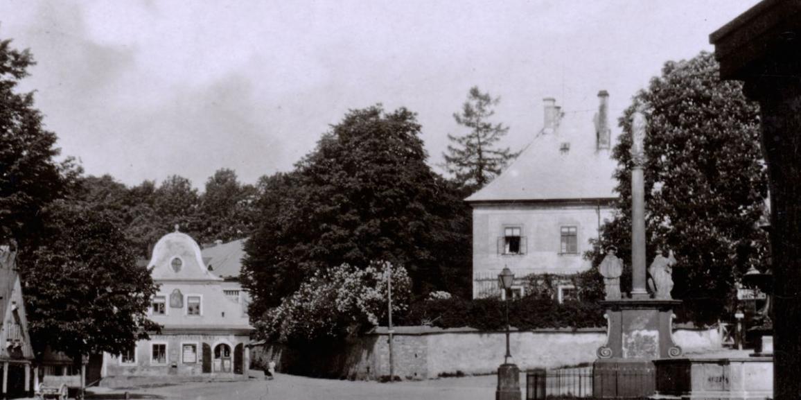 Zámek – okolo roku 1927 – od náměstí z podloubí