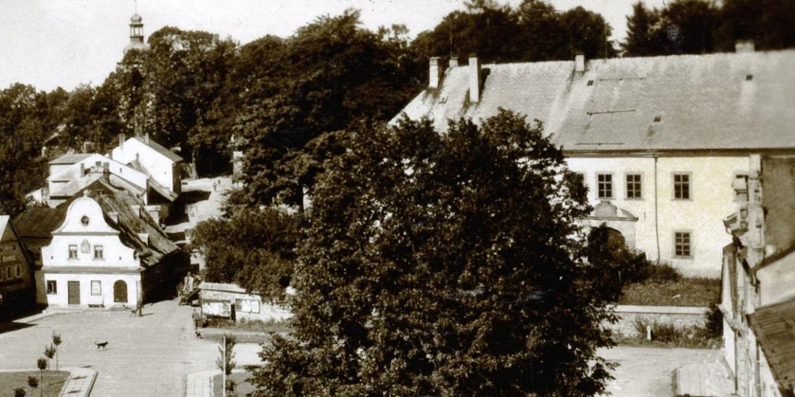 Zámek – okolo roku 1950 – od náměstí