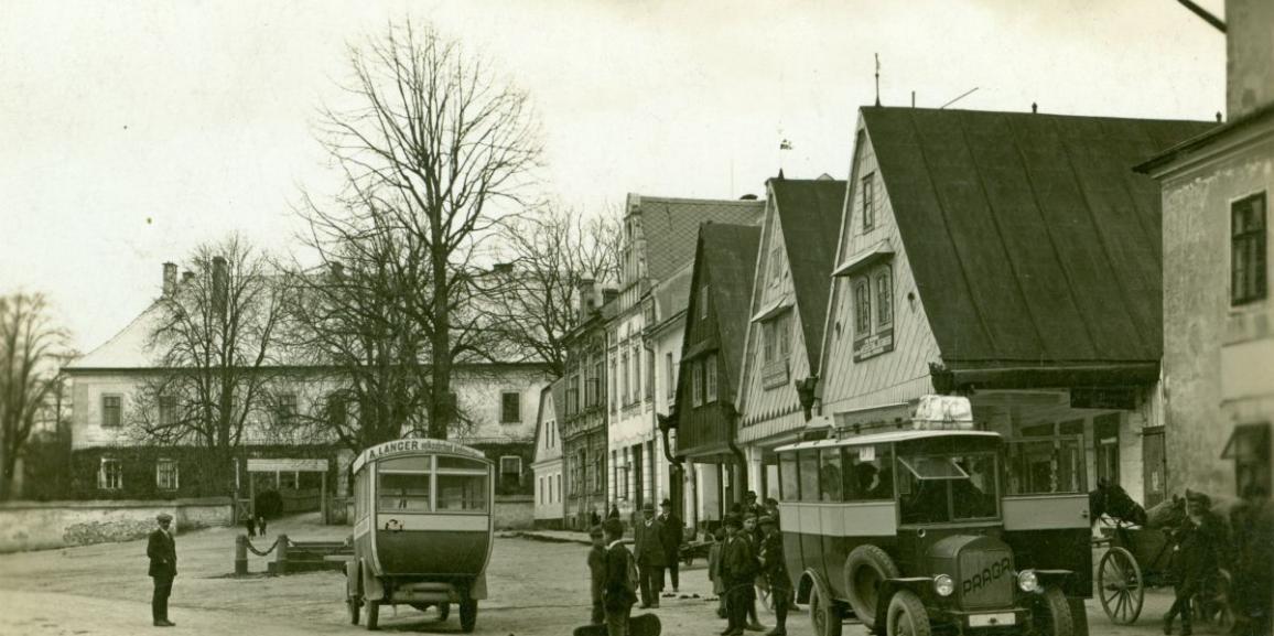 Zámek – okolo roku 1925 – od náměstí
