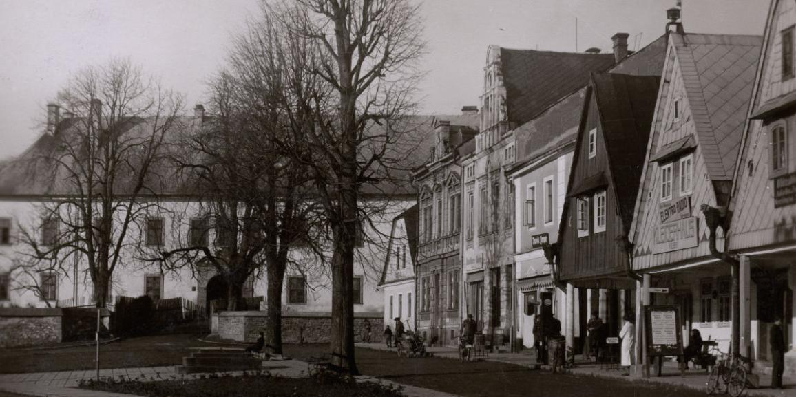 Zámek – okolo roku 1941 – od náměstí II