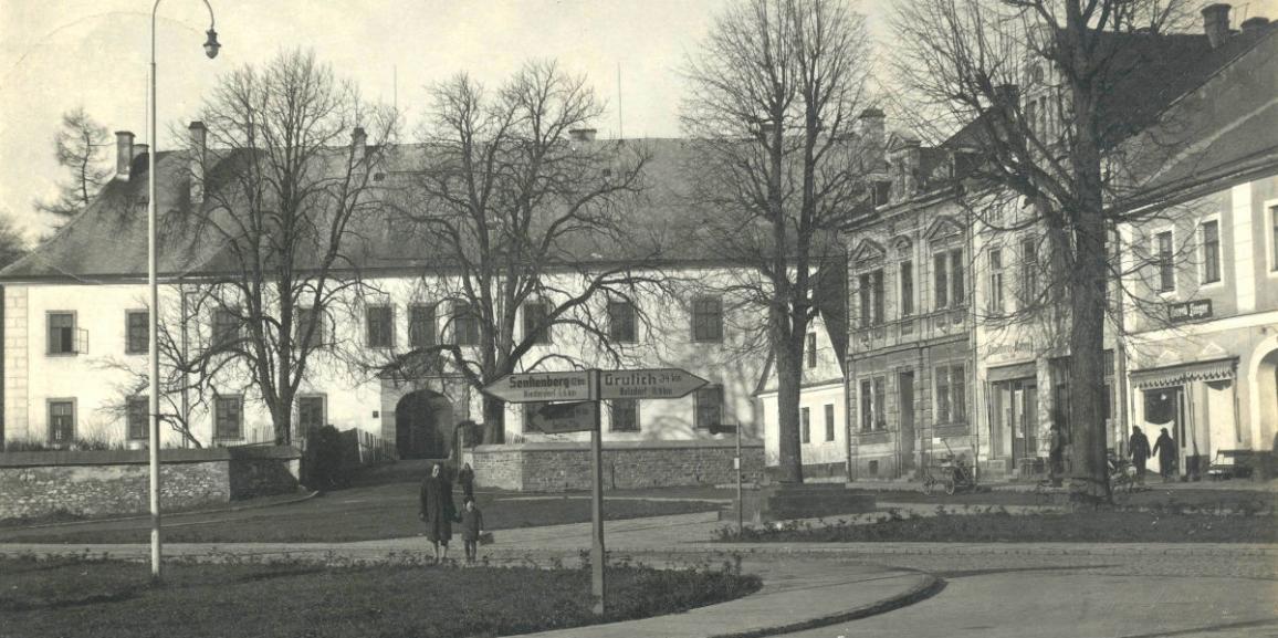 Zámek – okolo roku 1941 – od náměstí