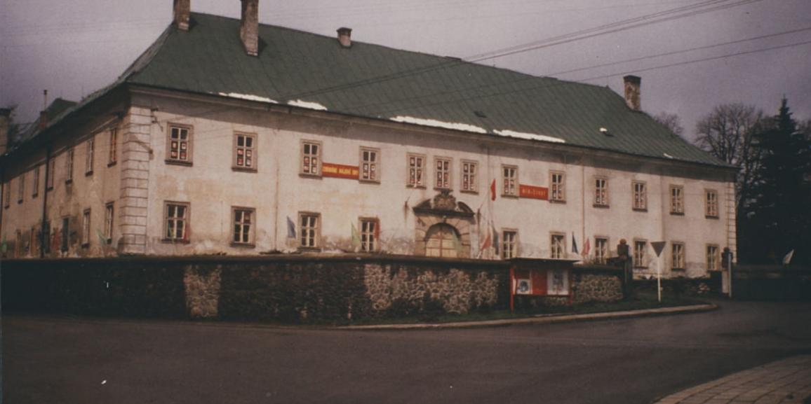 Zámek – okolo roku 1981 – od náměstí