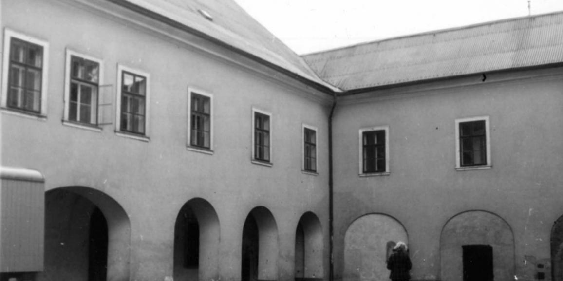 Zámek – v roce 1971 – na nádvoří