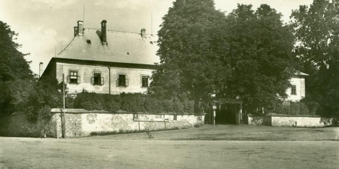 Zámek – okolo roku 1930 – od náměstí