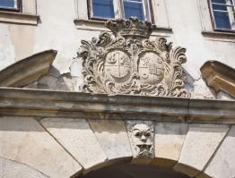Erb nad vstupním portálem do zámku