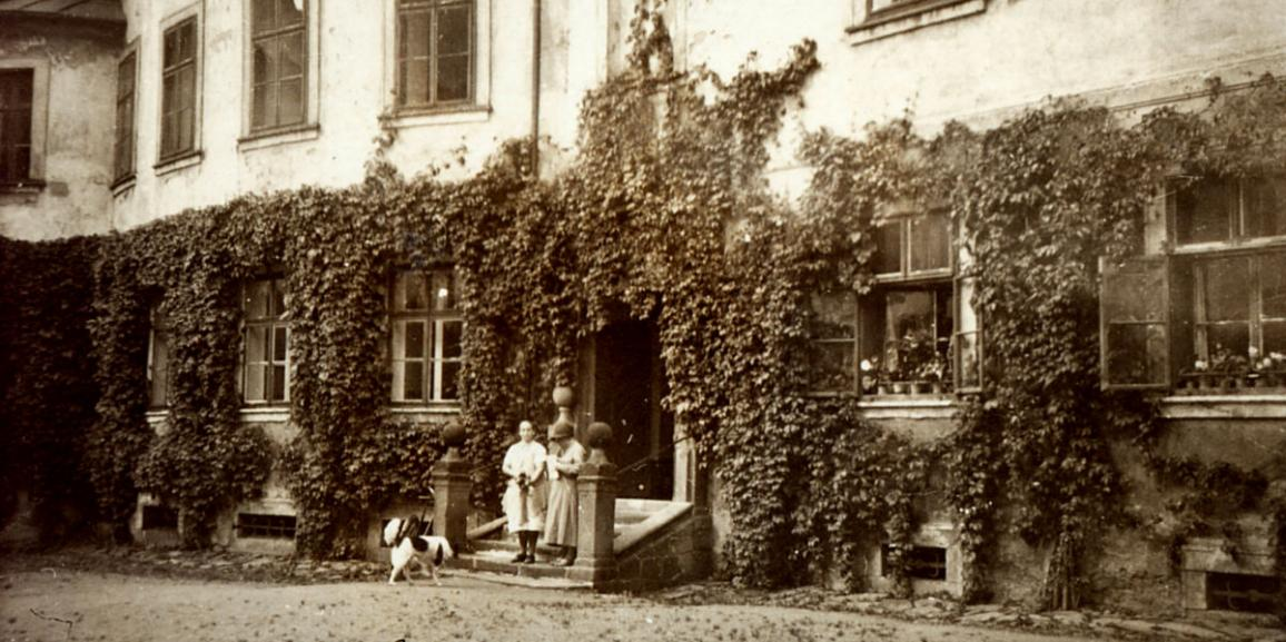 Zámek – okolo roku 1910 – nádvoří od východu