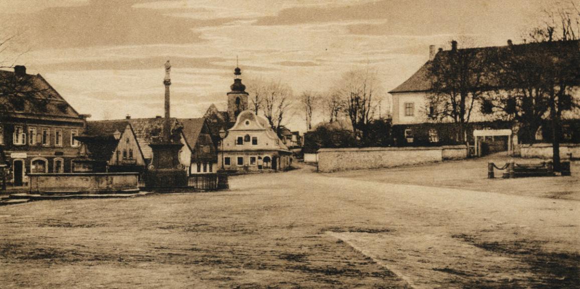 Zámek – okolo roku 1919 – od náměstí